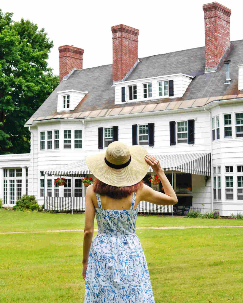 vermont-getaway-four-chimneys-inn-facade-girl-with-hat