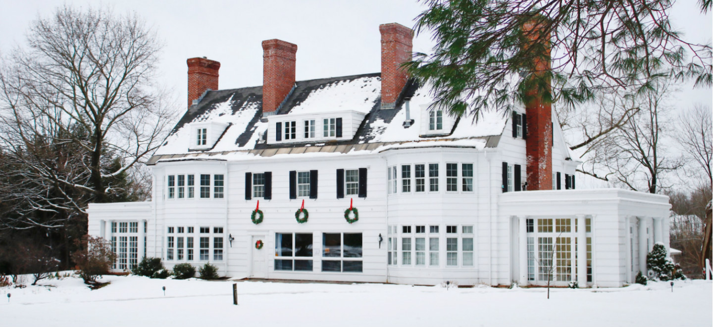 snowy-vermont-inn-facade-with-wreaths-bennington-vermont